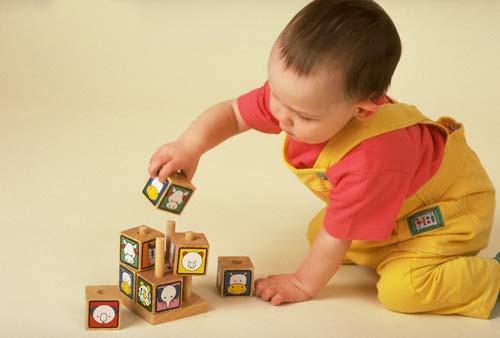 Cho trẻ chơi tất cả các dạng đồ chơi khác nhau để đa dạng hóa kỹ năng.