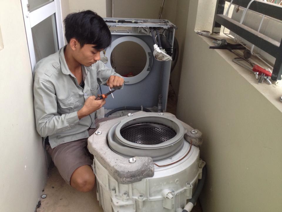 Nhờ đến thợ sửa chữa máy giặt