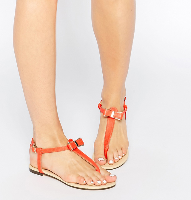 Màu sắc sáng, bóng, ánh kim khiến cho làn da chân sẫm màu của bạn trở nên xỉn màu hơn