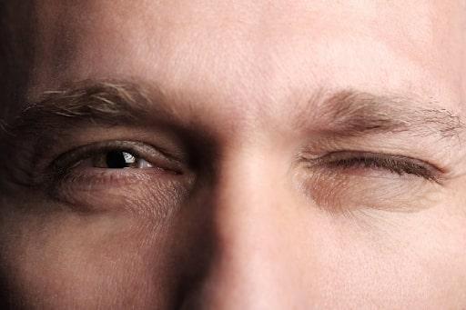 Nháy mắt phải đánh con gì? Giải mã ý nghĩa nháy mắt phải